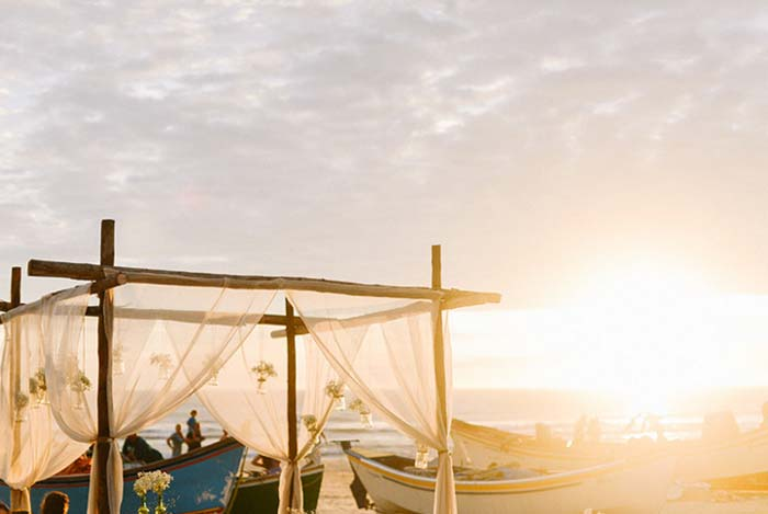 Preparando um casamento na praia