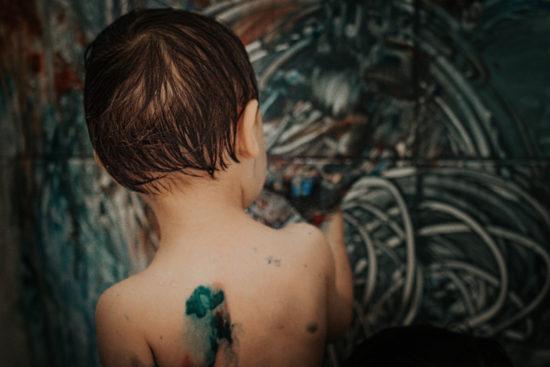Pintura no banheiro: Uma atividade para crianças de apartamento